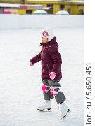 Купить «Маленькая девочка в наколенниках на коньках на зимнем катке», фото № 5650451, снято 19 января 2013 г. (c) Losevsky Pavel / Фотобанк Лори