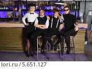 Купить «Четверо стильных молодых людей сидят возле барной стойки», фото № 5651127, снято 11 апреля 2012 г. (c) Losevsky Pavel / Фотобанк Лори