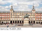 Купить «Конный памятник Филиппу III Габсбургскому на Пласа Майор в Мадриде, Испания», фото № 5651351, снято 7 марта 2012 г. (c) Losevsky Pavel / Фотобанк Лори