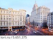 Здание Telefonica на улице Gran Via весенним вечером в Мадриде (2012 год). Стоковое фото, фотограф Losevsky Pavel / Фотобанк Лори