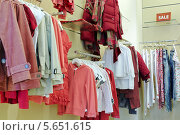 Купить «Одежда на вешалках в магазине, распродажа», фото № 5651615, снято 17 марта 2012 г. (c) Losevsky Pavel / Фотобанк Лори
