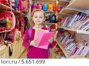 Купить «Девочка выбирает тетради в магазине», фото № 5651699, снято 17 марта 2012 г. (c) Losevsky Pavel / Фотобанк Лори