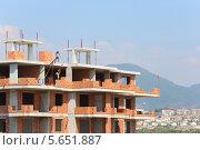 Купить «Рабочие на строительстве здания», фото № 5651887, снято 7 июля 2012 г. (c) Losevsky Pavel / Фотобанк Лори