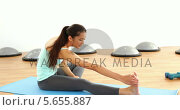 Купить «Fit brunette stretching on exercise mat», видеоролик № 5655887, снято 20 ноября 2019 г. (c) Wavebreak Media / Фотобанк Лори