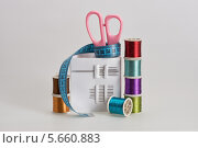 Купить «Катушки с цветными нитками, ножницы и швейные иголки», фото № 5660883, снято 2 марта 2014 г. (c) Anatoly Timofeev / Фотобанк Лори