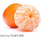Купить «Очищенный и неочищенный мандарины», фото № 5661899, снято 15 января 2013 г. (c) Natalja Stotika / Фотобанк Лори