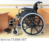 Купить «Современное медицинское кресло-каталка в интерьере клиники», фото № 5664167, снято 2 августа 2013 г. (c) Юрий Бизгаймер / Фотобанк Лори