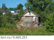 Старый разваливающийся деревянный домик в Волоколамске Московской области (2011 год). Стоковое фото, фотограф lana1501 / Фотобанк Лори