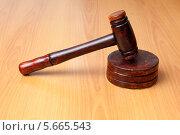 Купить «Судейский молоток», фото № 5665543, снято 30 сентября 2013 г. (c) 1Andrey Милкин / Фотобанк Лори