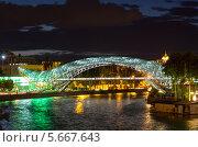 Мост Мира в ночной иллюминации. Тбилиси. Грузия (2013 год). Редакционное фото, фотограф Евгений Ткачёв / Фотобанк Лори