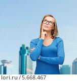 Красивая блондинка в очках задумалась о чем-то. Стоковое фото, фотограф Syda Productions / Фотобанк Лори