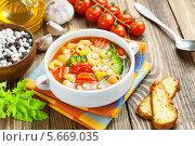 Купить «Минестроне и кукурузный хлеб на столе», фото № 5669035, снято 4 марта 2014 г. (c) Надежда Мишкова / Фотобанк Лори