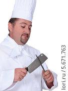 Купить «повар точит нож», фото № 5671763, снято 4 октября 2010 г. (c) Phovoir Images / Фотобанк Лори