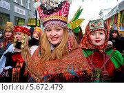 Купить «Участницы масленичного парада идут в Камергерском переулке в праздник Широкой Масленицы в городе Москве», фото № 5672479, снято 28 февраля 2014 г. (c) Николай Винокуров / Фотобанк Лори