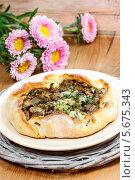 Купить «Хлебная лепешка с грибами на тарелке», фото № 5675343, снято 18 июля 2018 г. (c) BE&W Photo / Фотобанк Лори
