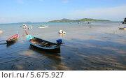 Длинные лодки у берега, Таиланд (2013 год). Стоковое видео, видеограф Roman Likhov / Фотобанк Лори