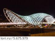 Ночной вид на переливающийся огнями мост Мира в центре Тбилиси. Грузия (2013 год). Редакционное фото, фотограф Евгений Ткачёв / Фотобанк Лори