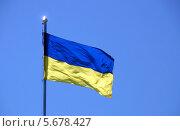 Купить «Украинский флаг на фоне голубого неба», эксклюзивное фото № 5678427, снято 10 мая 2013 г. (c) Щеголева Ольга / Фотобанк Лори