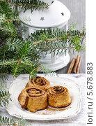 Купить «Плюшки с корицей и ветви если на рождественском столе», фото № 5678883, снято 22 июля 2018 г. (c) BE&W Photo / Фотобанк Лори