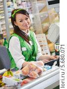 Купить «Симпатичная девушка продавец у кассы в супермаркете», фото № 5680071, снято 24 сентября 2013 г. (c) Дмитрий Калиновский / Фотобанк Лори