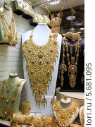 Колье из золота на витрине магазина. Золотой рынок. Дубай (2014 год). Редакционное фото, фотограф Яна Королёва / Фотобанк Лори