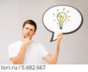 Купить «Молодой человек думает о лампочке», фото № 5682667, снято 6 июня 2013 г. (c) Syda Productions / Фотобанк Лори