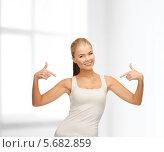 Купить «Стройная счастливая блондинка показывает пальцами на себя», фото № 5682859, снято 23 марта 2013 г. (c) Syda Productions / Фотобанк Лори