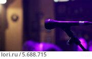 Купить «Микрофон на сцене», видеоролик № 5688715, снято 30 января 2014 г. (c) Иван Артемов / Фотобанк Лори