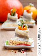 Купить «Сельдь с овощами на хлебе на керамической тарелке», фото № 5688887, снято 14 декабря 2018 г. (c) BE&W Photo / Фотобанк Лори