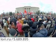 Купить «Люди выступают на митинге против нелегитимного правительства в Киеве, за референдум, против вмешательства ЕС, НАТО и в поддержку крымчан, Одесса, Украина», фото № 5689895, снято 9 марта 2014 г. (c) KEN VOSAR / Фотобанк Лори
