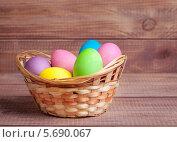 Купить «Разноцветные пасхальные яйца в корзине», фото № 5690067, снято 9 марта 2014 г. (c) Типляшина Евгения / Фотобанк Лори