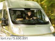 Купить «Водитель грузового микроавтобуса, доставляющего посылки», фото № 5690891, снято 7 августа 2013 г. (c) CandyBox Images / Фотобанк Лори