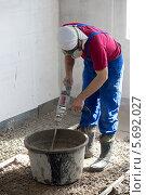 Купить «Рабочий за приготовлением бетонного раствора», фото № 5692027, снято 3 июля 2013 г. (c) Losevsky Pavel / Фотобанк Лори