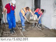 Купить «Трое рабочих заливают пол раствором цемента», фото № 5692091, снято 3 июля 2013 г. (c) Losevsky Pavel / Фотобанк Лори
