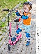 Купить «Мальчик катается на скутере в парке», фото № 5692235, снято 4 июля 2013 г. (c) Losevsky Pavel / Фотобанк Лори