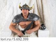 Купить «Мускулистый мужчина в костюме викинга с мечом», фото № 5692399, снято 3 октября 2013 г. (c) Losevsky Pavel / Фотобанк Лори