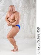Купить «Мужчина-культурист демонстрирует мускулатуру в студии», фото № 5692459, снято 3 октября 2013 г. (c) Losevsky Pavel / Фотобанк Лори