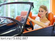 Купить «Девушка в белом платье сидит за рулём старого автомобиля», фото № 5692887, снято 22 июля 2013 г. (c) Losevsky Pavel / Фотобанк Лори