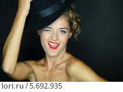 Купить «Портрет веселой девушки в черной шляпе», фото № 5692935, снято 22 июля 2013 г. (c) Losevsky Pavel / Фотобанк Лори