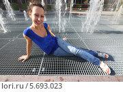Улыбающаяся женщина сидит возле фонтана. Стоковое фото, фотограф Losevsky Pavel / Фотобанк Лори