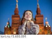 Купить «Молодая женщина на Красной площади в Москве», фото № 5693091, снято 23 июня 2013 г. (c) Losevsky Pavel / Фотобанк Лори