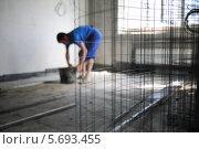 Купить «Сетка для армирования в комнате, в которой рабочий делает ремонт», фото № 5693455, снято 2 июля 2013 г. (c) Losevsky Pavel / Фотобанк Лори