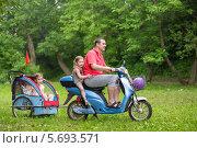 Купить «Счастливая семья - папа с детьми едет на скутере с коляской», фото № 5693571, снято 2 июня 2013 г. (c) Losevsky Pavel / Фотобанк Лори