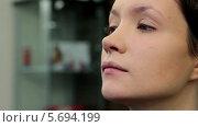Купить «Стилист наносит пудру на лицо модели», видеоролик № 5694199, снято 10 февраля 2014 г. (c) Иван Артемов / Фотобанк Лори