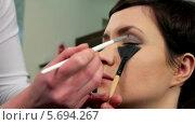 Купить «Визажист делает макияж молодой женщине», видеоролик № 5694267, снято 10 февраля 2014 г. (c) Иван Артемов / Фотобанк Лори
