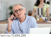 пожилая женщина говори по телефону. Стоковое фото, фотограф Phovoir Images / Фотобанк Лори