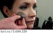 Купить «Стилист наносит макияж молодой женщине», видеоролик № 5694339, снято 10 февраля 2014 г. (c) Иван Артемов / Фотобанк Лори