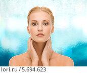 Молодая женщина ухаживает за кожей на шее. Стоковое фото, фотограф Syda Productions / Фотобанк Лори