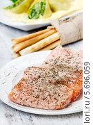 Купить «Копченый лосось со специями», фото № 5696059, снято 19 февраля 2019 г. (c) BE&W Photo / Фотобанк Лори
