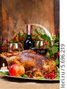 Купить «Жареный гусь на рождественском столе», фото № 5696219, снято 14 декабря 2018 г. (c) BE&W Photo / Фотобанк Лори